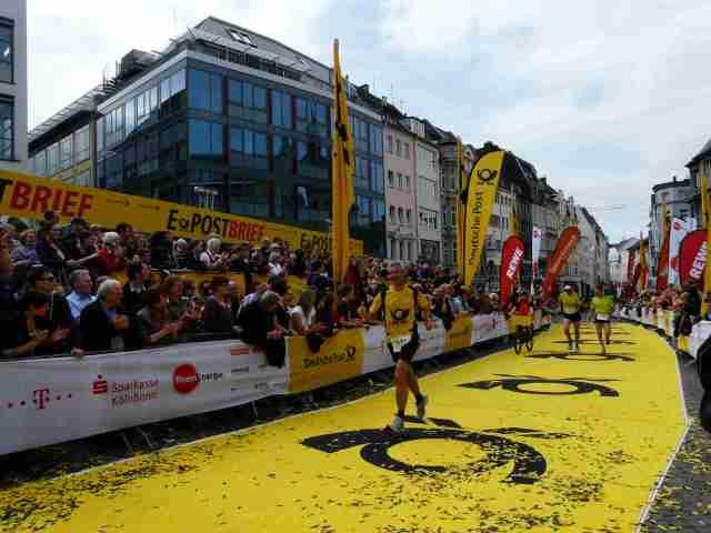 Die ZuschauerInnen feuerten die Läuferinnen und Läufer an - Bombenstimmung am Sonntag in Bonn!