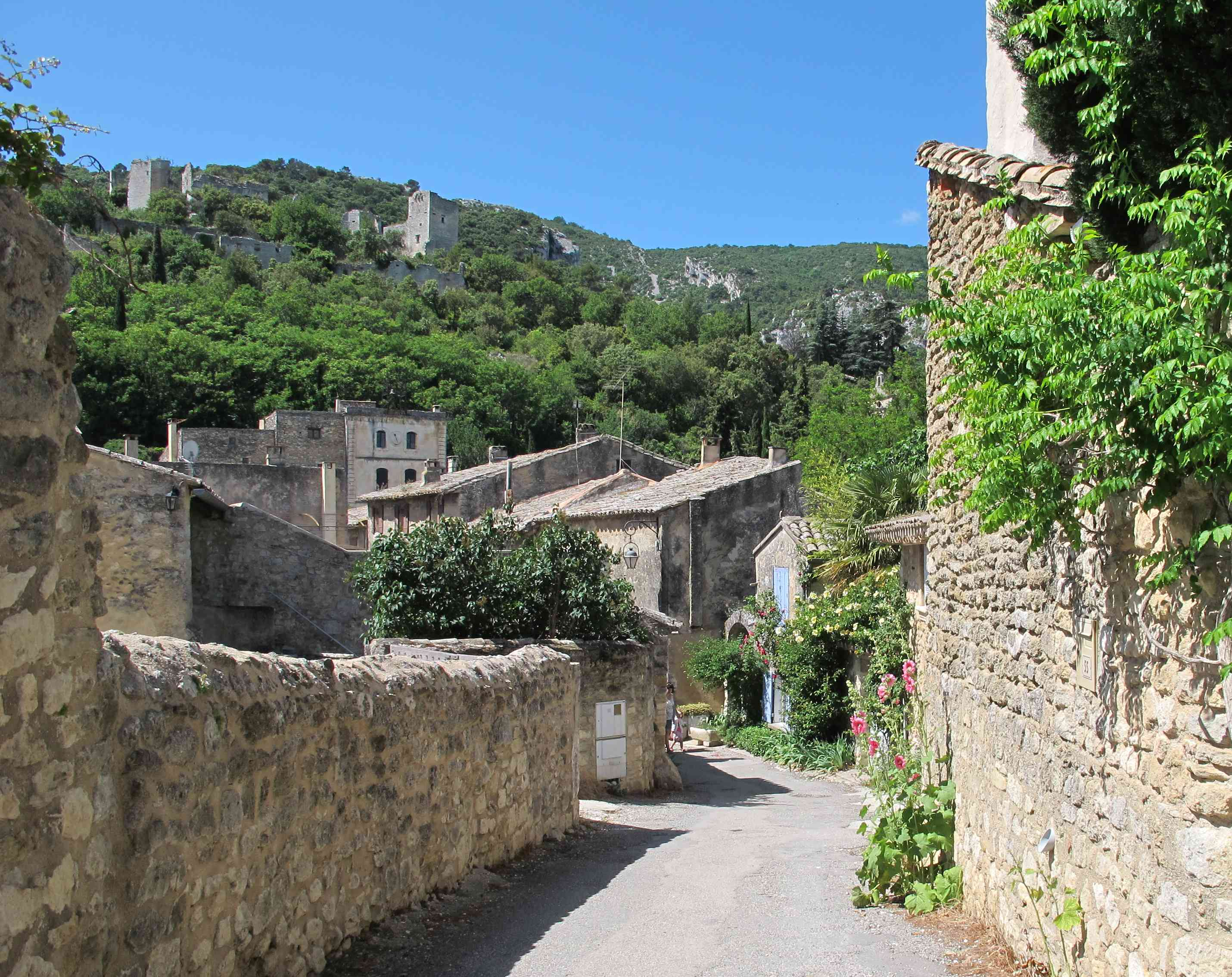 """In der Provence kann man verwunschene kleine Dörfer entdecken - sie werden """"villages perchés"""" genannt. Hier schlummert das verlassene Oppède-le-vieux vor sich hin."""