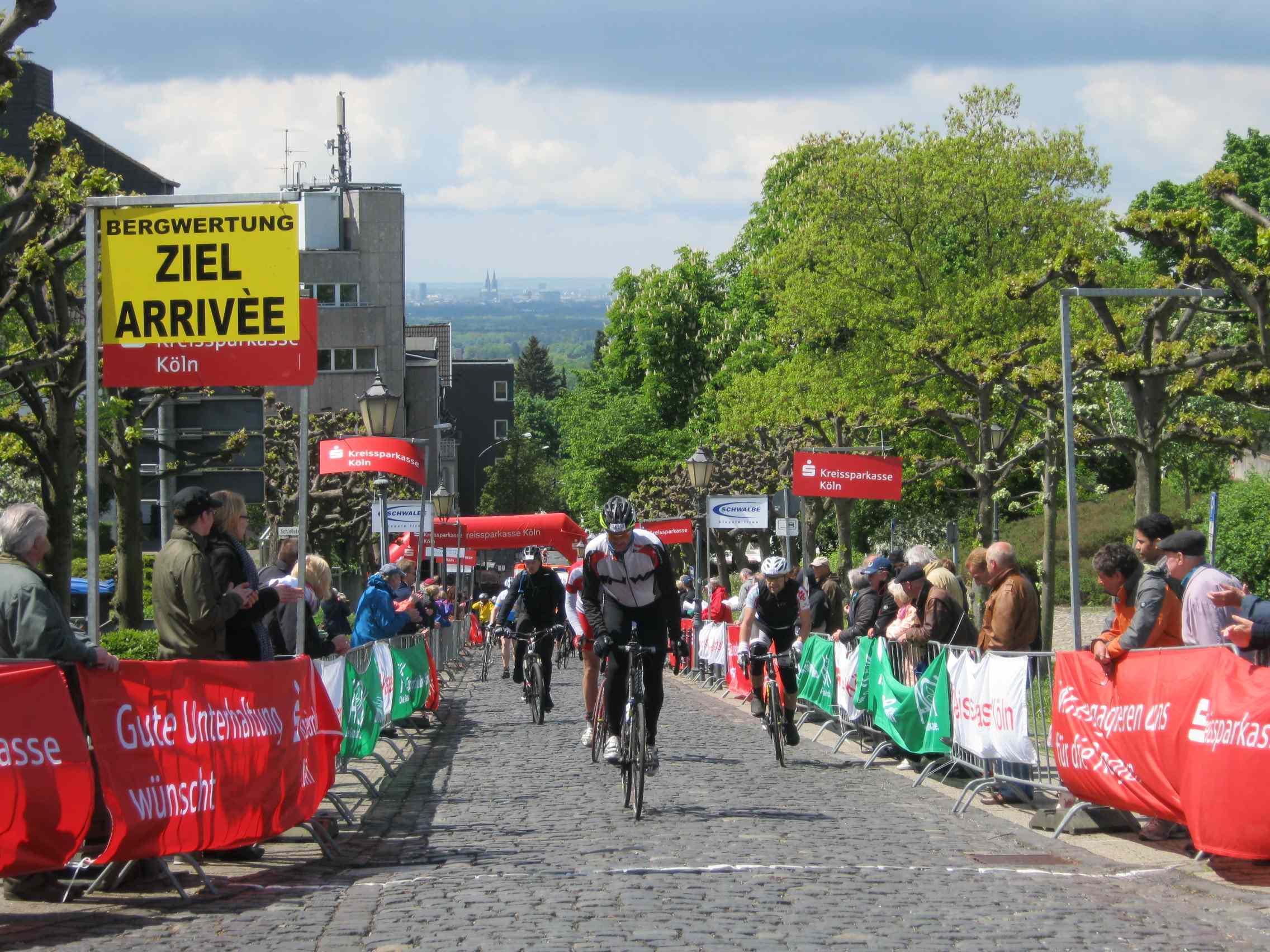 """Über 4.000 Hobbysportler und Radprofis haben beim Traditionsrennen """"Rund um Köln"""" 2013 teilgenommen."""