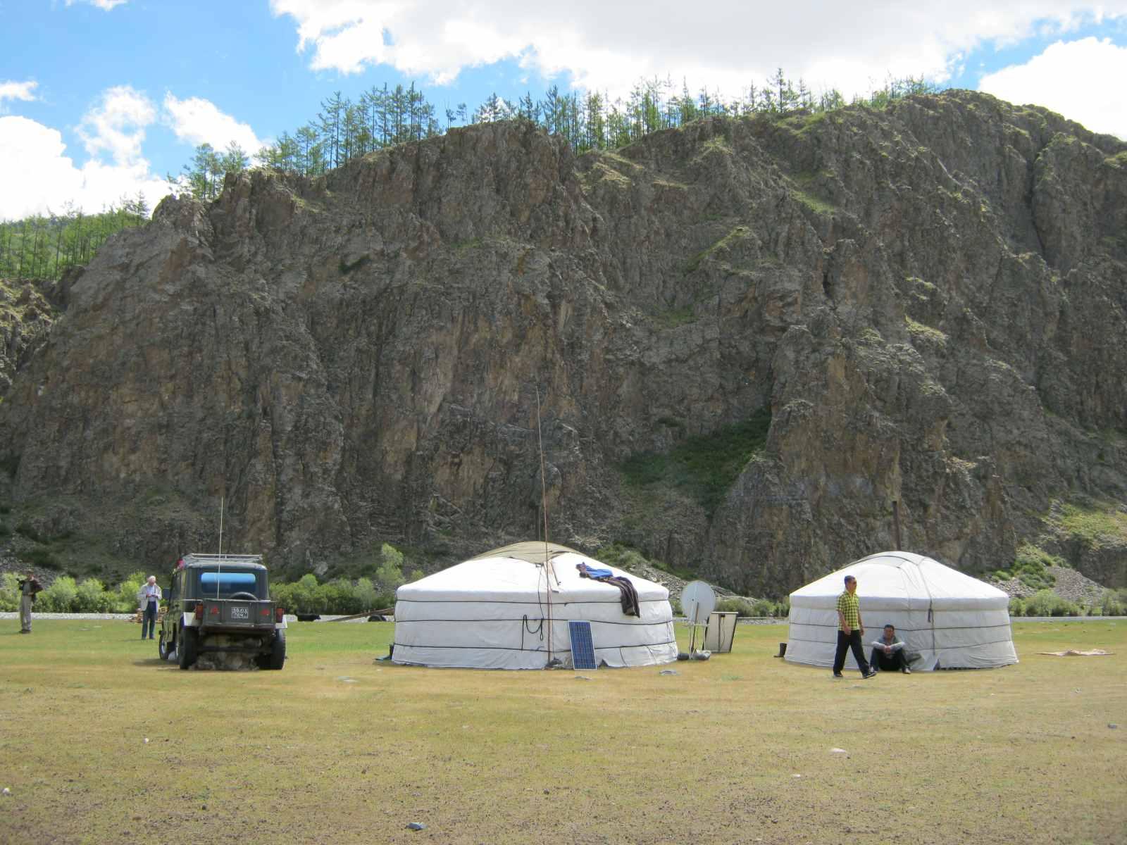 Nomaden leben in der ganzen Mongolei verstreut – hier hat eine Familie im Khangaigebirge ihr Sommerlager aufgeschlagen