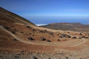 Schwarze Lavabrocken und bizarre Felsenformationen begleiten den Wanderer auf den 3700 Meter hohen Gipfel.
