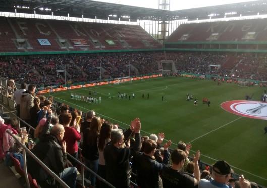 Die Stimmung beim DFB-Pokalfinale der Frauen ist gut. Doch es fehlt die emotionsgeladene Stimmung, die bei Männerspielen häufig herrscht. Doch es gibt auch Vorteile: Das Aggressive fehlt, keine Mannschaft wird ausgebuht.