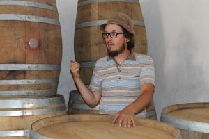 Mit Lukas Krauß auf seinem Weingut. Hier zeigt er uns, wo der nächste Jahrgang lagert.
