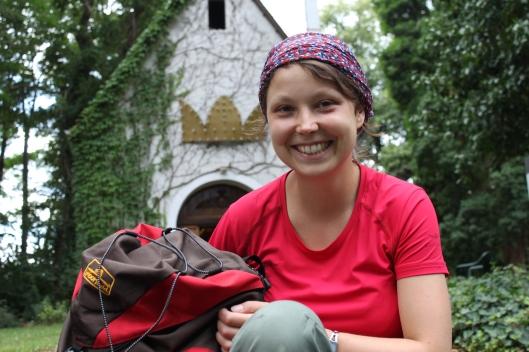 Mein Rucksack und ich haben's geschafft: Vor der Kapelle in Koblenz-Metternich. Juchu!