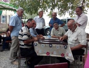 Backgammon, einige nennen es auch Spiel der Könige, fasziniert immer noch die Menschen. In Teestuben wetteifern ältere Herrschaften um den Sieg und vertreiben sich die Zeit.